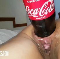 Enfiando a coca cola de 2 litro no rabo xvideos de sexo amador