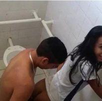 Flagra de sexo na escola com a novinha transando no banheiro