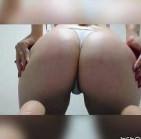 Ruiva de buceta rosa mostrando o cu apertado