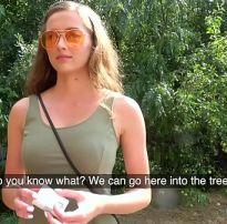 Gostosa de 19 anos dando o cu no meio do mato