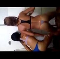 Mulheres dançando funk tirando a calcinha