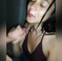 Novinha pagando um boquete no banheiro caiu na net