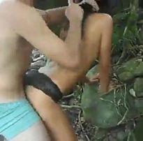 Trepando escondido dentro do mato com a novinha