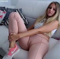 Calça legging partindo a bucetinha da virgem loira