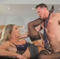 Chefe travesti intimou o empregado numa transa