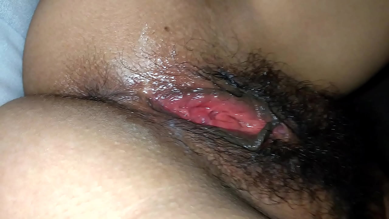 Xereca cabeluda fica toda gozadinha na masturbação